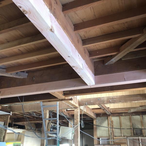 工事中:広い空間を確保するため柱をぬいた箇所には補強梁をいれる