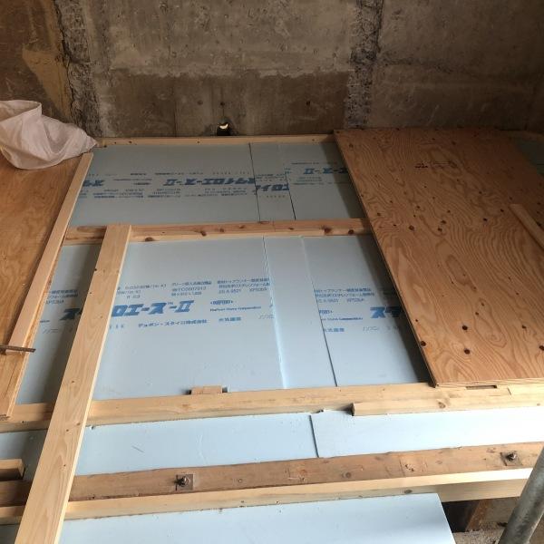 施工中:床下にも断熱材